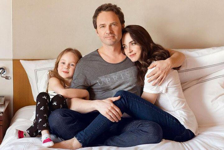 С мужем и дочкой